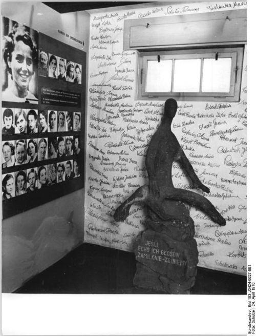 02_Bundesarchiv_Bild_183-J0424-0027-001,_Mahn-_und_Gedenkstätte_Ravensbrück,_Zelle