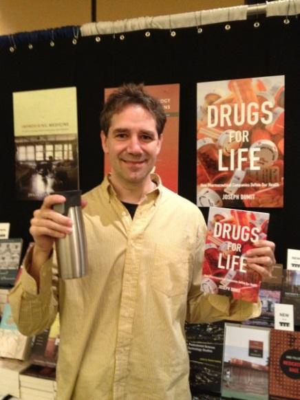 圖8  Joseph Dumit與他的另一本著作Drugs for Life(Dumit提供)